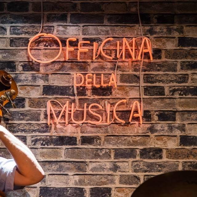 Schola Cantautorum: Alessio Brunialti  ha presentato la scuola dei cantautori milanesi (in particolare ENZO JANNACCI e GIORGIO GABER), 5 dicembre 2018, alla Officina della musica di Via Giulini 14, Como, ore21