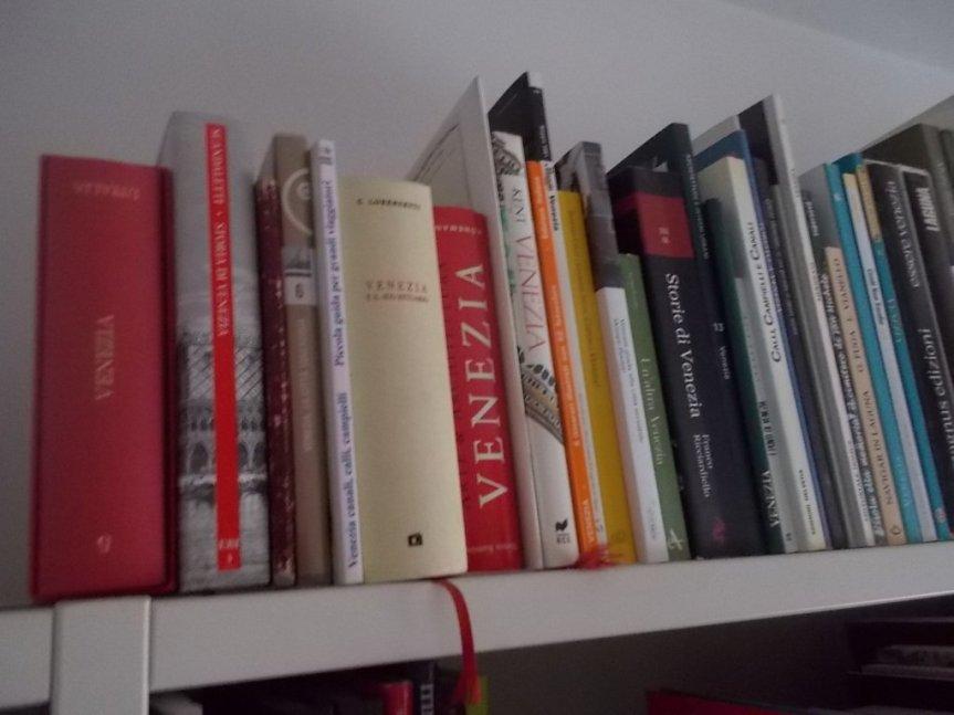 Biblioteca: il ripiano dedicato a VENEZIA, 29 DICEMBRE2019